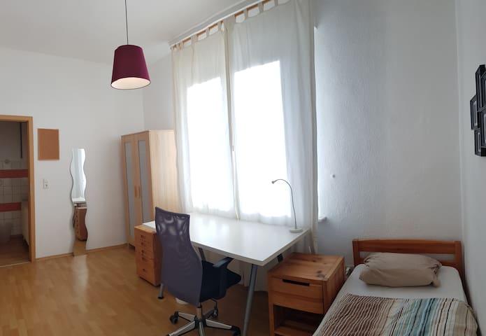 (4) Zimmer für 1-Person/Kind Einzelbett 2,00x0,90m, Schreibtisch, Schrank, Regale