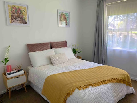 Home in relaxed beach town, 2 mins from the beach