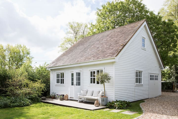 Stylish, airy Scandinavian-style summerhouse