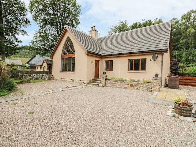 THE SPINNEY, pet friendly, with open fire in Aberlour, Ref 968459