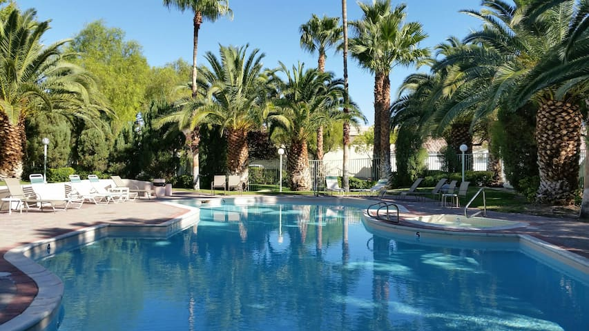 Need a Place 2 Sleep? ONLY 3 miles from Airport! - Las Vegas - Apartment