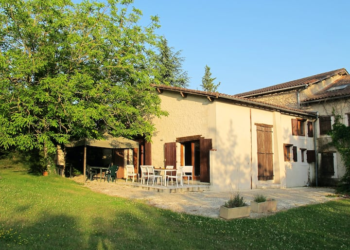 Villa with 4 bedrooms in Saint-Paul-Lizonne, with shared pool, furnished terrace and WiFi - 148 km from the beach