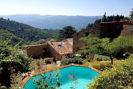 Belle maison en pierre avec piscine en saison.