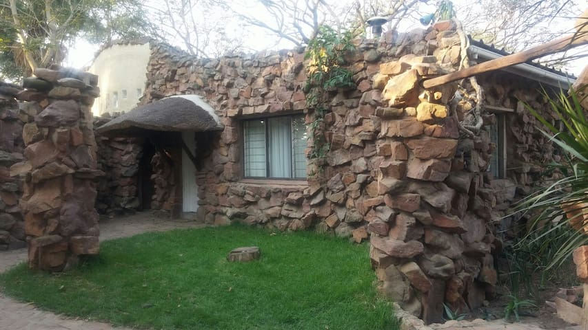 Ollivanders Estate - Stone Cottage - Clifton Canyon - Gästhus