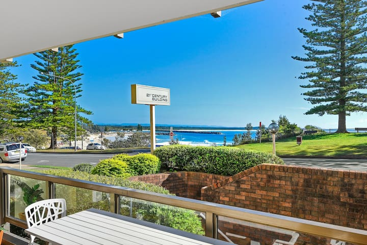 Sunny & Spacious - opposite Town Beach! - Port Macquarie - Apartment