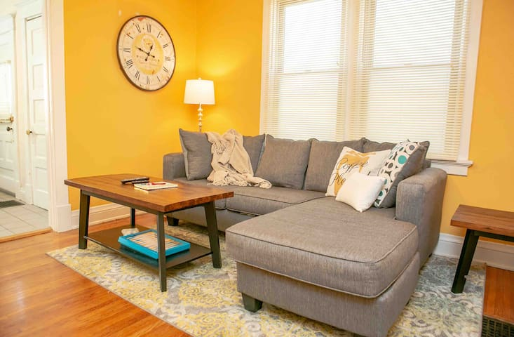 Cozy, cute and clean 2 bed minutes from downtown.