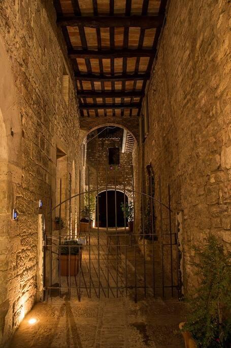 ingresso al cortile privato di notte (residenza la Corte Assisi)