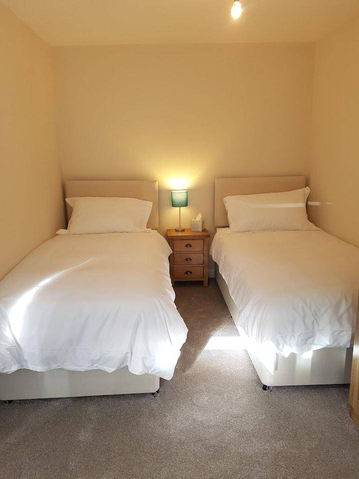 Twin bedroom with shared bathroom