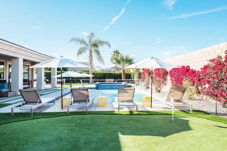 LUX Retreat-misters/putting green/XL spa/relaxing