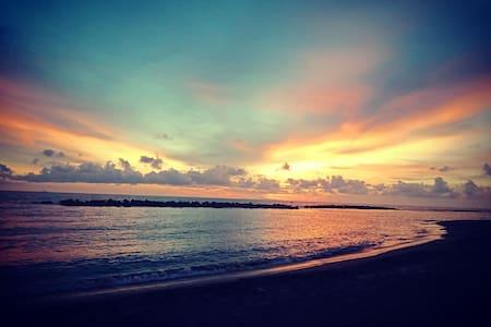 白砂路路旁,靠海邊,可觀賞夕陽海邊散步