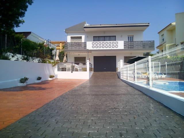 * 5 Habitaciones + Piscina privada y vallada + Parking privado para 5 coches