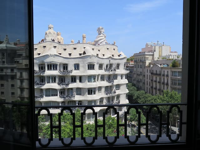 Luxury apartment in Paseo Gracia facing Casa Mila