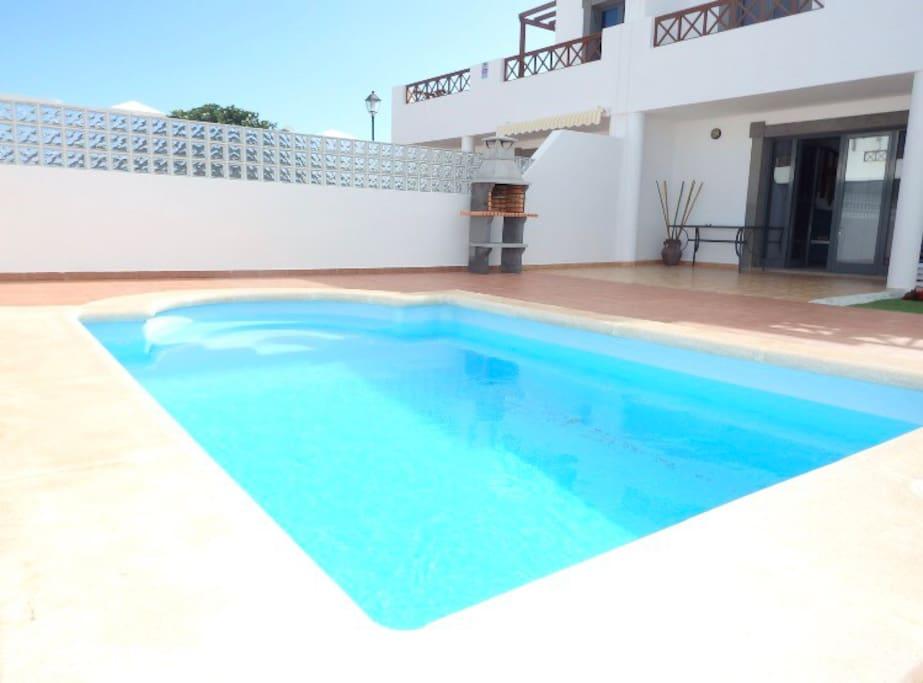 piscina privada con hamacas y bbq