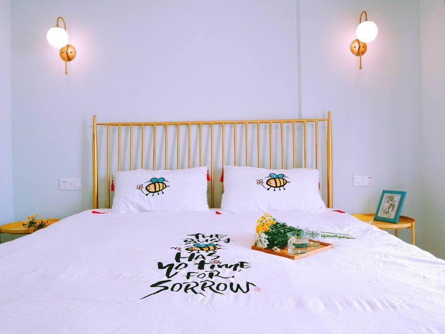 这是我们三个卧室的其中一间,床1.8米*2米