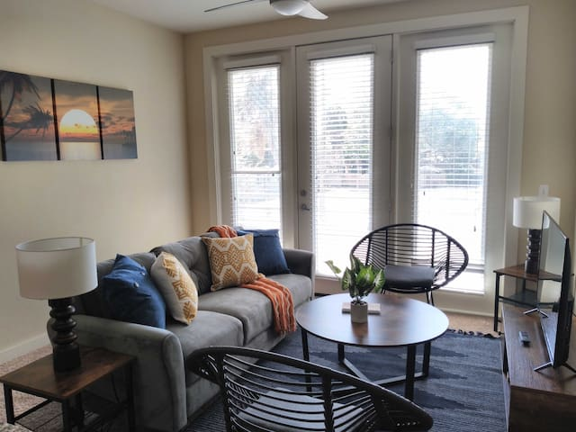 Chic 2BR Apt in Courier City