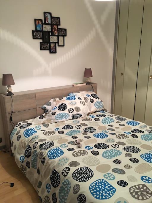 Chambre spacieuse avec armoire