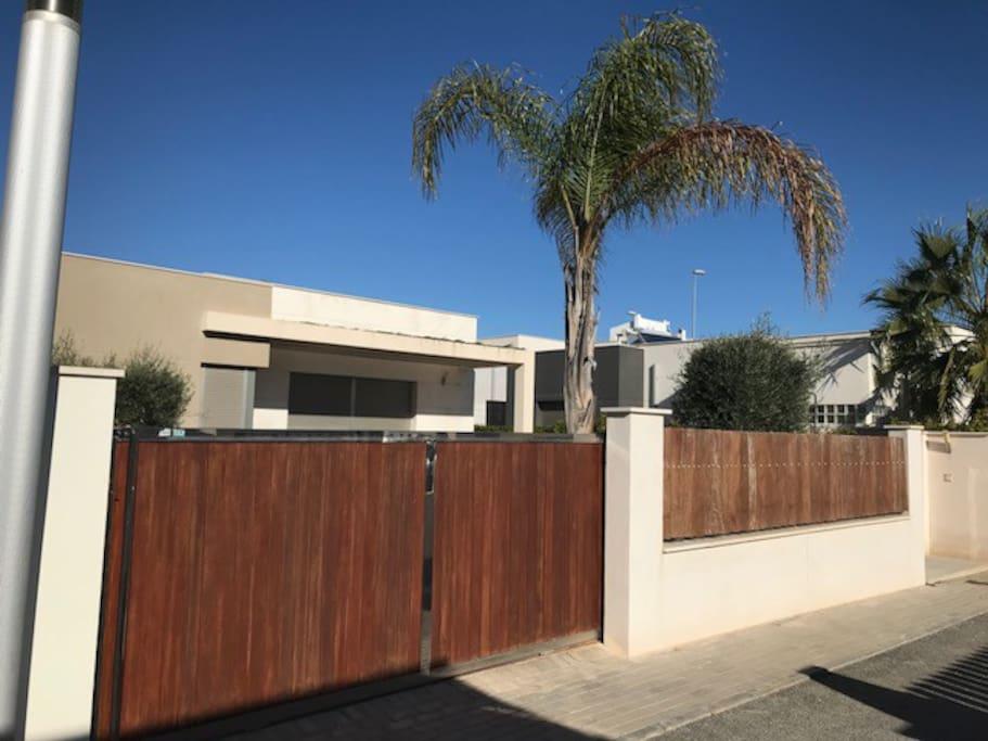 Vue extérieure avec portail coulissant sécurisé (permettant le parking une voiture)