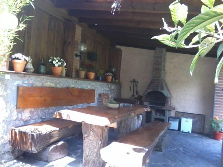 La barbacoa, techada e iluminada, dispone tambien de coicinilla, a parte de la Barbacoa, para poder comer en grupo.