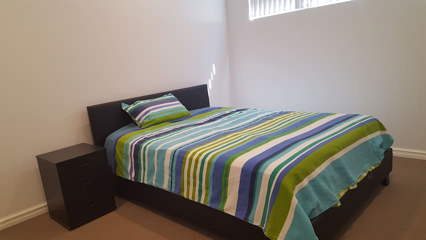 New Queen Bed close to City, Curtin Uni, Airport