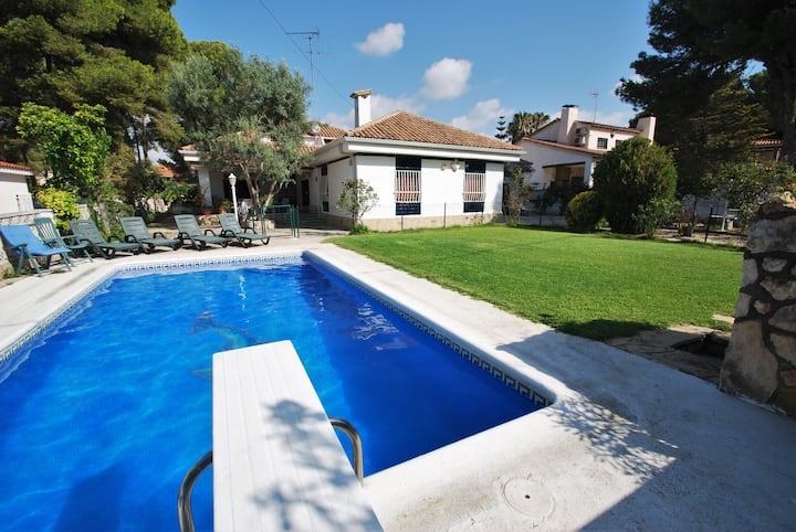 Villa Magnolia for 12 people 350m from the beach