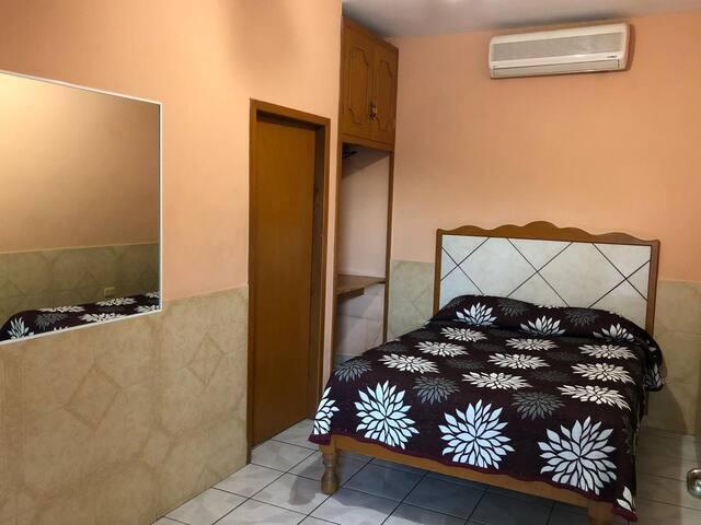 Confortable Habitación Una Cama Matrimonial para 2