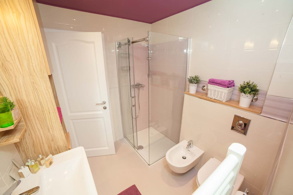 Well organised bathroom with a step in shower. Makes you feel relax and beautiful. Freshly towels are waitg for you.
