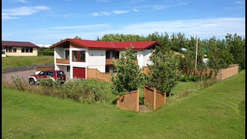 First house! 3 km from Kef airport - Keflavík - Casa