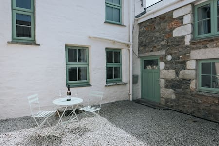 Porthleven cottage, walk to harbour pubs & beach