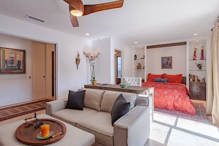Designer Suite Private Entrance - Walk to town - House