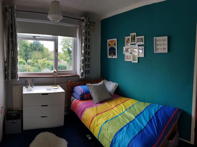 Charming bedroom in quiet house near Reading
