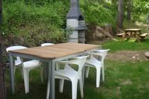 Les jardins communs offrent plusieurs zones terrasses et barbecues pour dîner ou se reposer sous les grands arbres