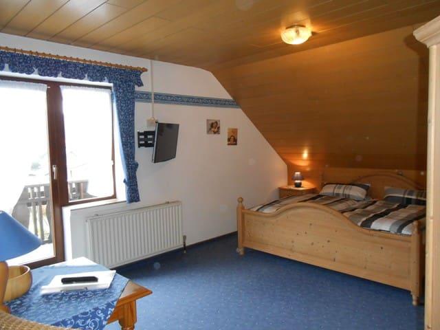 Pension Sonnenblick (Winterberg/ Züschen) -, Doppelzimmer mit Balkon & Tal- und Bergblick