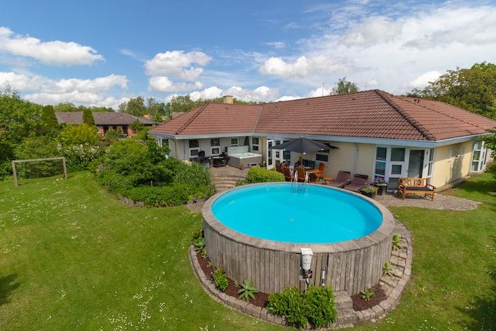 Luksushus med terasse, grill, pool, spa og sauna