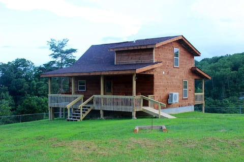 Angel's Retreat: NEW Cabin near RRG With Hot Tub