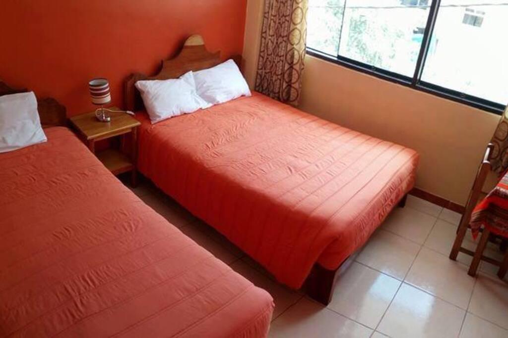 Habitación matrimonial con una adicional con baño privado, agua caliente y tv cable.