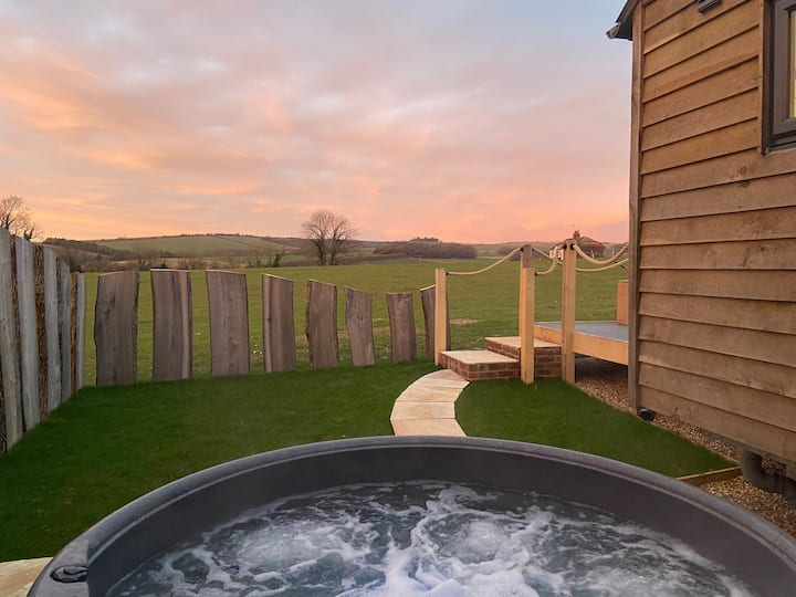 Chanctonbury View SHEPHERDS HUT with hot tub