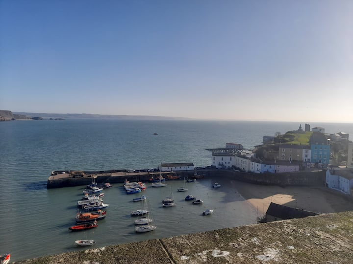 Top Floor Apartment, sea views of harbour beach