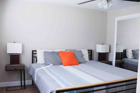 KING BED, Fast Wifi & Private Parking