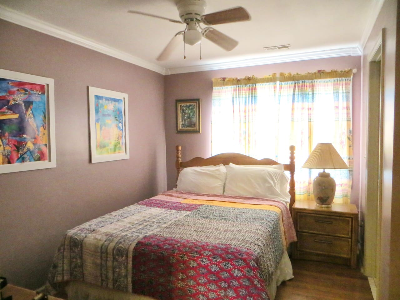 Relax in this cozy room, with a private bathroom, in a queen size bed and a view of the garden. Room 3 A.