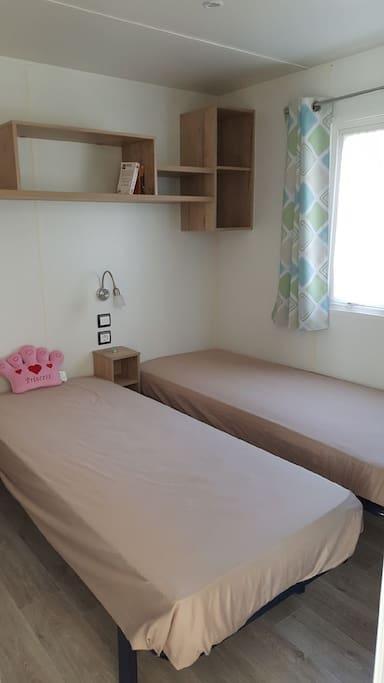 Chambre à 2 lits et placard
