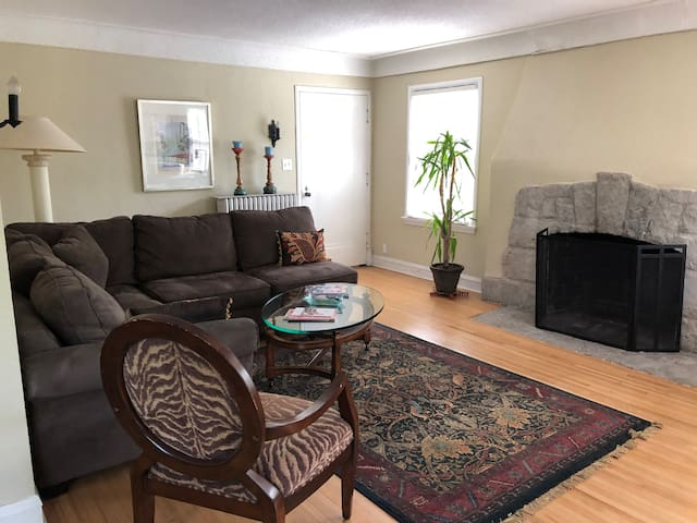 Sunny charming duplex in the heart of the city!