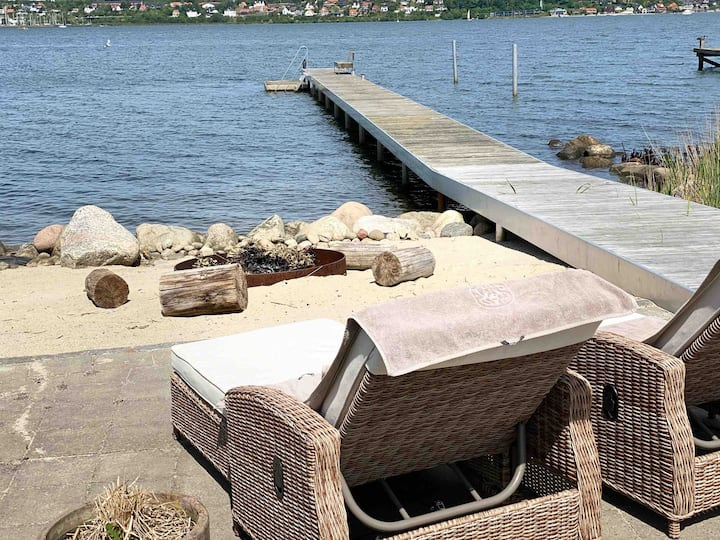Beachhouse - direct access to the beach.
