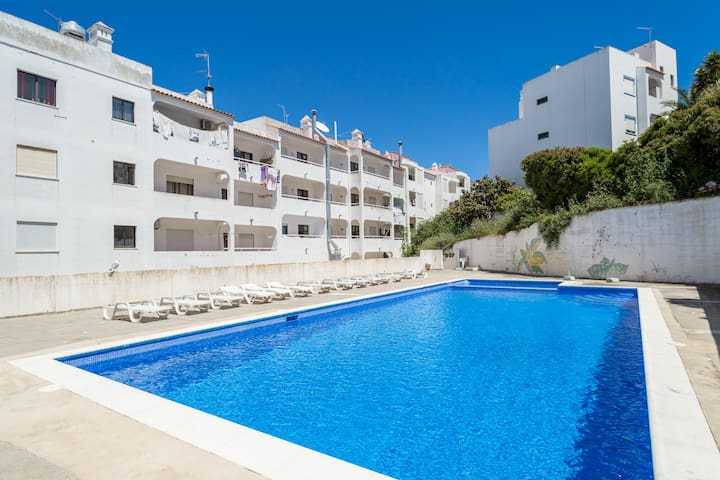 2 Bed Apt With Communal Pool In Carvoeiro Centre