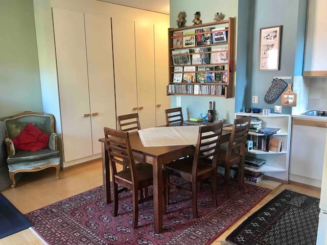 Open kitchen with a table for up to six persons