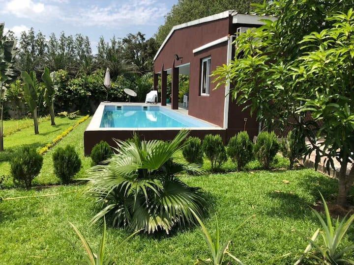 Chalet piscine bord du lac nanga