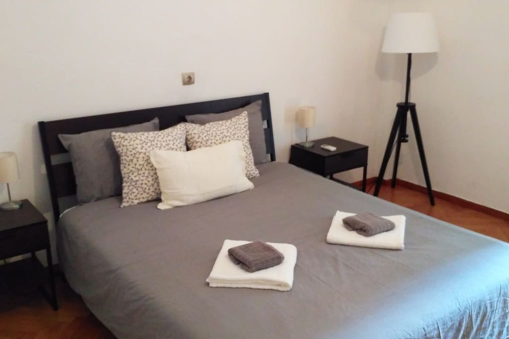 Fantastic location in the heart of Athens - a newly refurbished apartment. 100m from the Greek Parliament, on Athens boutique luxury shopping street and a 10 minute stroll to Plaka and Acropolis.