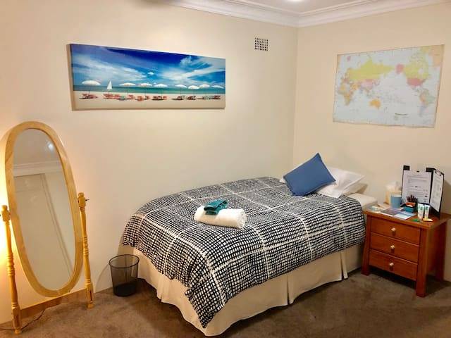 Sunny & Spacious: 3min walk to City Train/Bus link