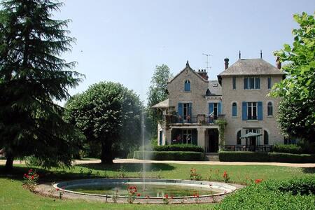 Le Pavillon, kleinschalig park in de Dordogne - Hautefort