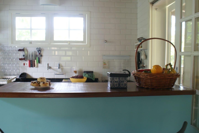 Cozinha integrada com a sala e a churrasqueira.
