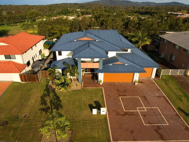Holiday Home - Windaroo - Vila